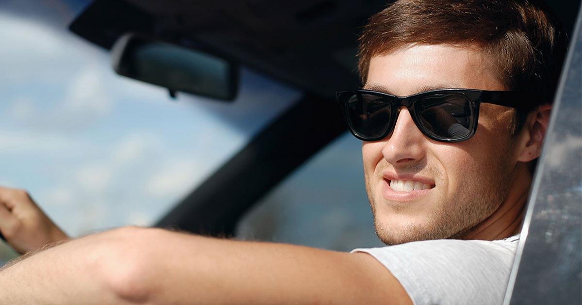 Draag een zonnebril in de auto | Oud Beijerland